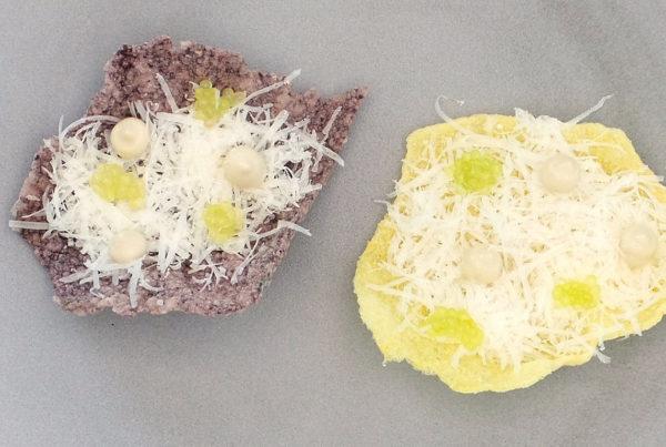 chips_de_riz_souffles_parmesan_creme_d_anchois_citron_caviar