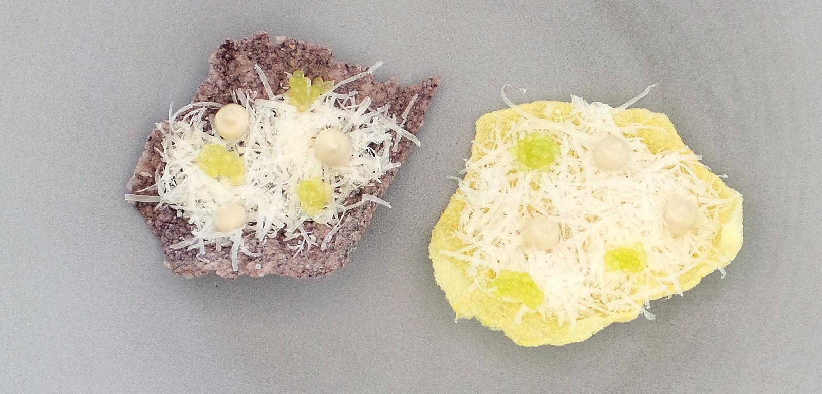 Chips de riz soufflé, parmesan, crème d'anchois et citron caviar