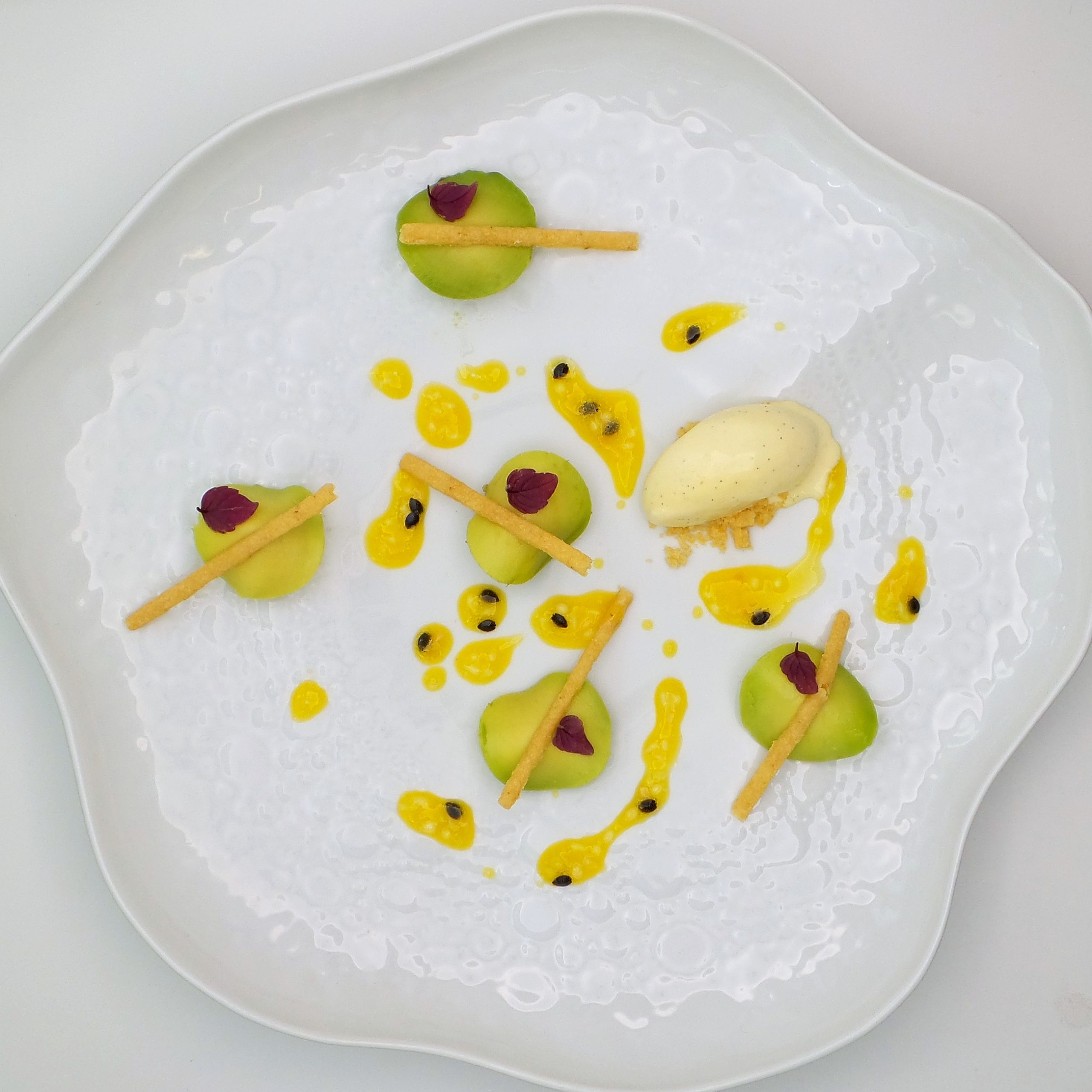 Raviole avocat blood lime coulis passion glace vanille