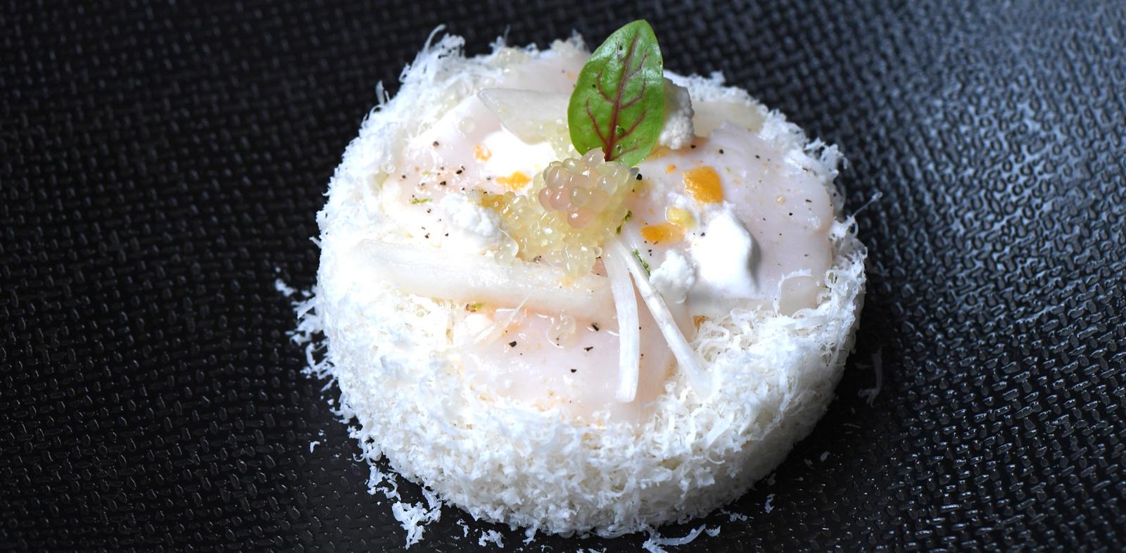 Saint Jacques marinées, parmesan et Citron Caviar