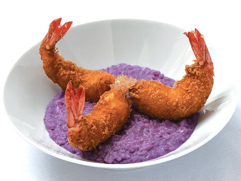 Risotto original violet aux crevettes panées et citron caviar