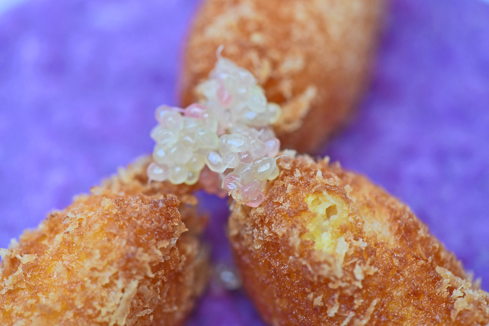 Perles-de-Citron-Caviar-sur-risotto-violet-et-crevettes-panees_moncitroncaviar_fruitsathome_04