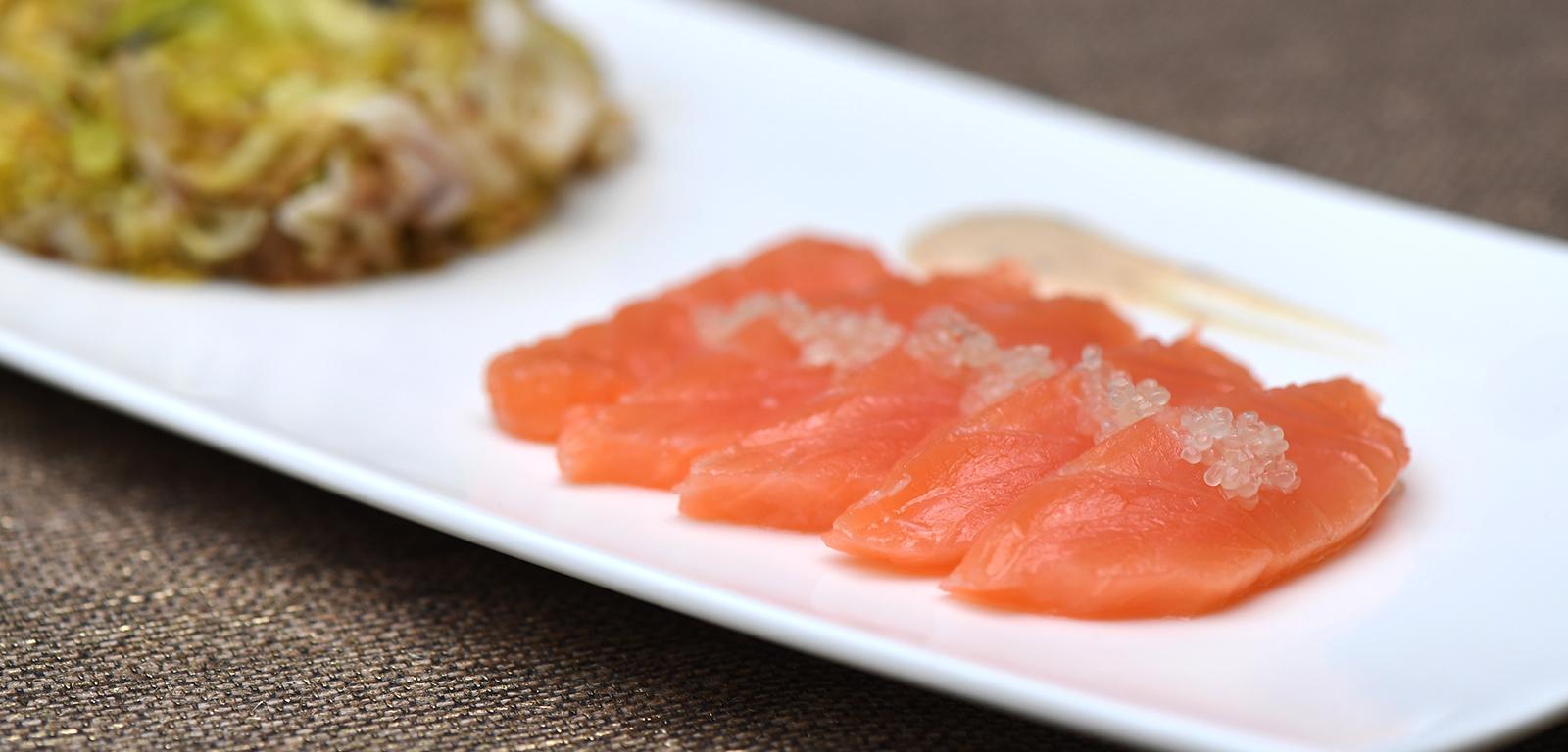 Recette simple : Gravelax de saumon, citron caviar et épices