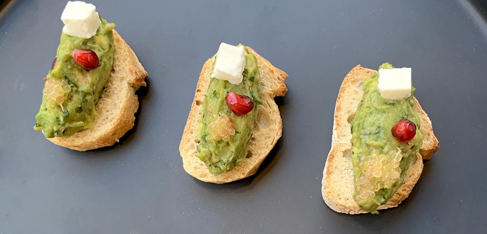 Idée apértive : Guacamole Toast, fromage de brebis, grenade, citron caviar
