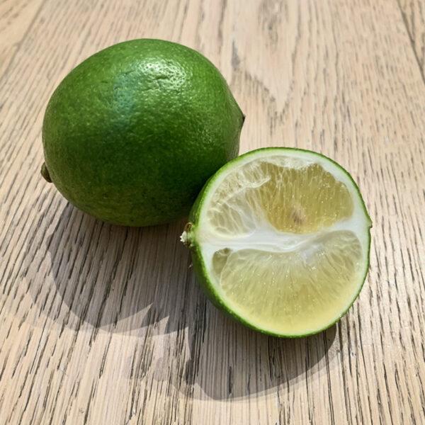 citron-meyer-vert-fruits-at-home