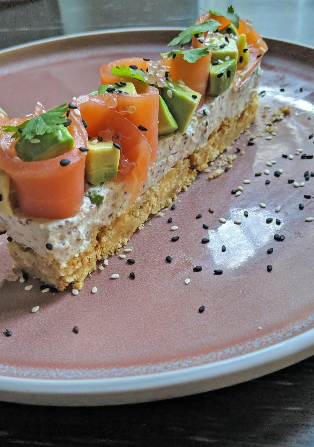 Avocado toast revisité façon cheesecake garni de saumon et citron caviar
